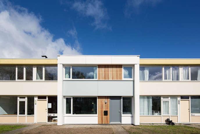 Dans ce lotissement d'Emmerhout (Pays-Bas), EnergieSprong a rénové une maison des années 1960, désormais à énergie neutre.