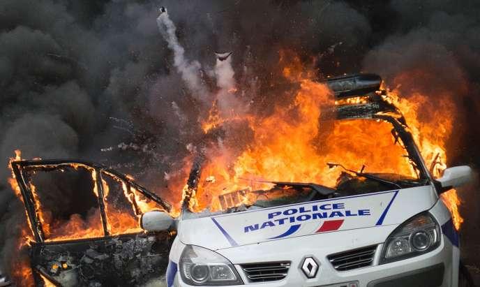 Une voiture de police en feu à Paris le 18 mai.