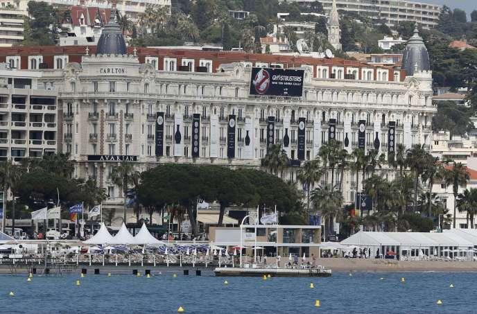 Une vue d'ensemble de la Croisette avec l'hôtel Carlton, où sont organisés de nombreux dîners de gala.