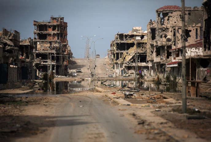 Cette photo d'archive du 22 octobre 2011 montre les immeubles ravagés par les combats à Syrte, bastion libyen de l'Etat islamique.