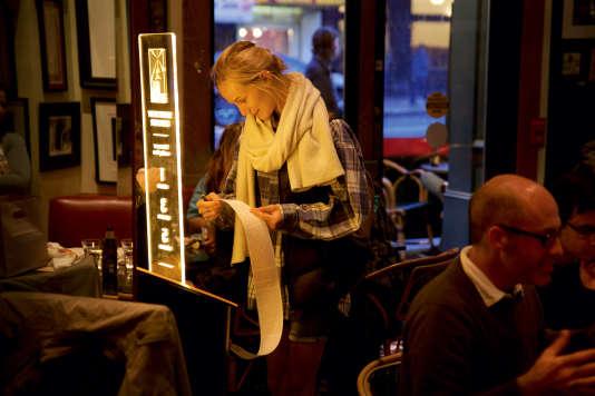 Le réalisateur Francis Ford Coppola a installé un distributeur d'histoires courtes au Cafe Zoetrope, sonrestaurant de San Francisco.