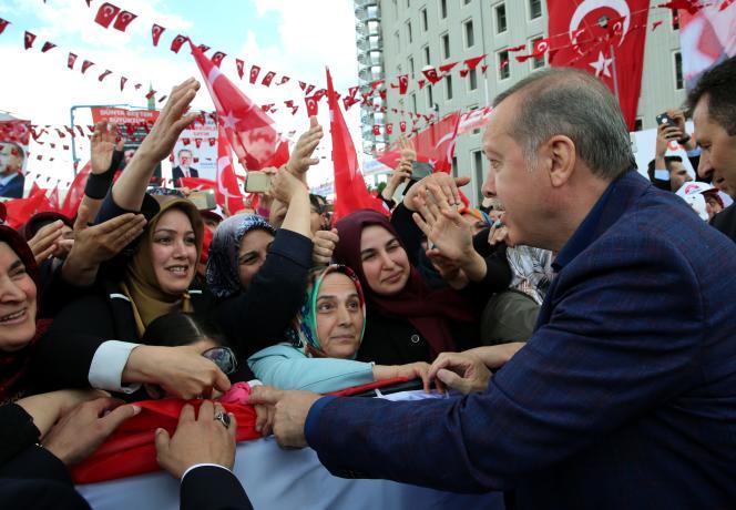 Le président Recep Tayyip Erdogan au milieu de ses partisans, à Malatya, en Anatolie, le 7 mai.