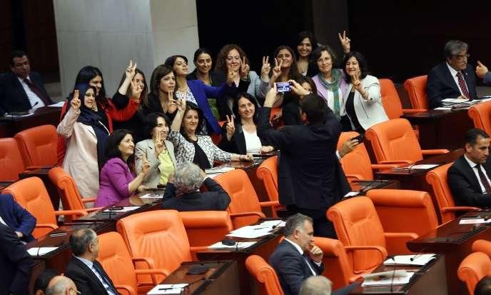 Députées du Parti de la démocratie des peuples (HDP, gauche prokurde) au Parlement d'Ankara, le 17 mai.