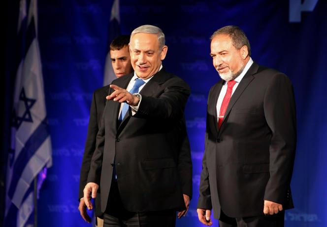 Mercredi 18 mai, les négociations ont ouvert entre le Likoud, la formation de Benyamin Nétanyahou (au centre sur la photo), et le parti Israël Beiteinou de l'ancien ministre des affaires étrangères Avigdor Lieberman (à droite sur la photo).