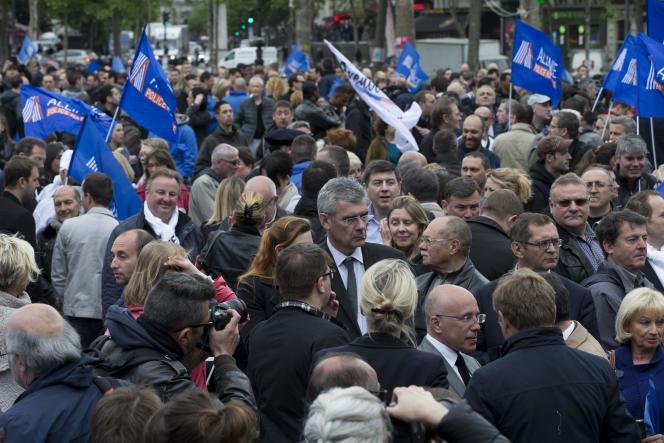 Plusieurs hommes et femmes politiques se sont rendu place de la République en soutien aux policiers, mercredi 18 mai.