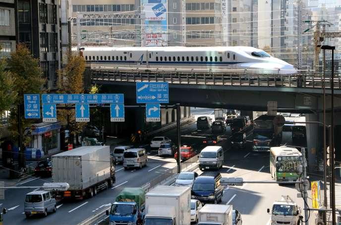 Un TGV Shinkansen à Tokyo, le 8 décembre 2014.