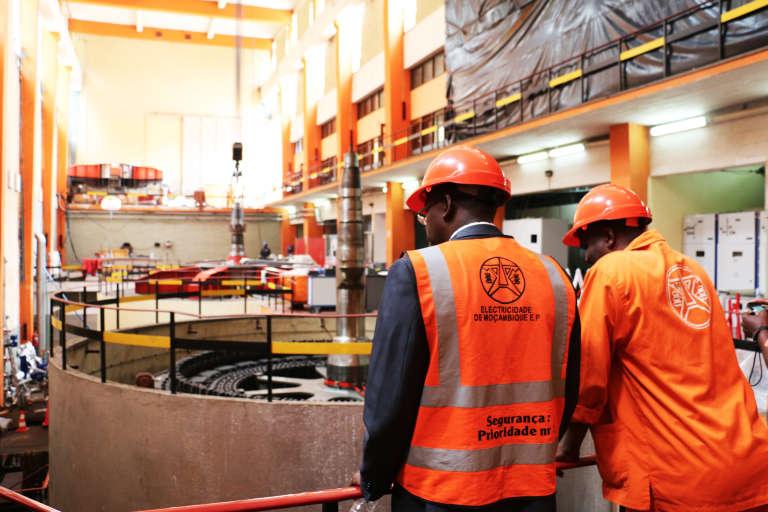 Dans la salle des machines du barrage de Chicamba, l'administrateur d'EDM, Isaias Rabeca, et un technicien devant les nouvelles turbines.