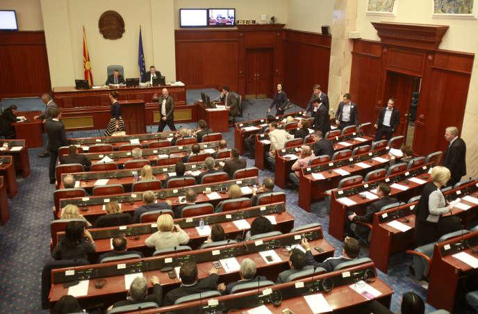 Le Parlement macédonien a adopté une modification de la loi électorale qui induit le report des élections législatives contestées du 5 juin.