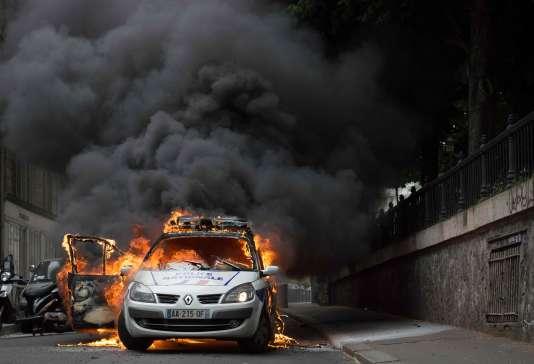 La voiture de police s'était enflammée après le lancer d'un fumigène, le 18 mai 2016.