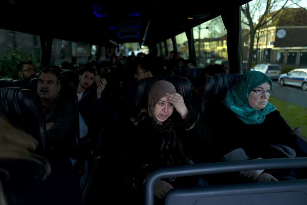 Fatime Hussein, Irakienne de 65 ans, et d'autres migrants se rendent à une entrevue au sujet de leur demande d'asile. Ils espèrent pouvoir quitter la prison de De Koepel, le 6 mai.