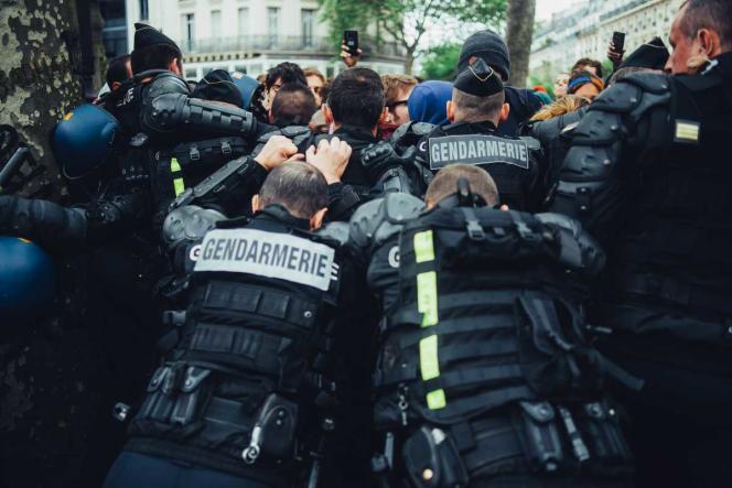 Des manifestants dénonçant les violences policières sont repoussés en marge d'un rassemblement de policiers, mercredi 18 mai, place de la République à Paris.