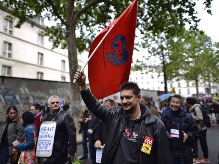 Matthieu, 38 ans, est conducteur de trains et secrétaire général du syndicat cheminots CGT de Versailles. Il est«en grève pour nos revendications propres [aux cheminots] : on veut un cadre social de haut niveau, on ne veut pas qu'on remanie notre volume horaire et nos jours de repos ». «Mais on est aussi en grève contre la loi travail.J'ai jamais voté socialiste de ma vie et je ne le regrette pas.Je crois qu'il n'y aura pas beaucoup de voix ouvrières pour le PS (en 2017).Mais je suis content d'un truc : Marine Le Pen se tait, elle montre bien qu'elle est pas du côté des ouvriers.Aux prochaines élections je pense que je ne voterai pas.»
