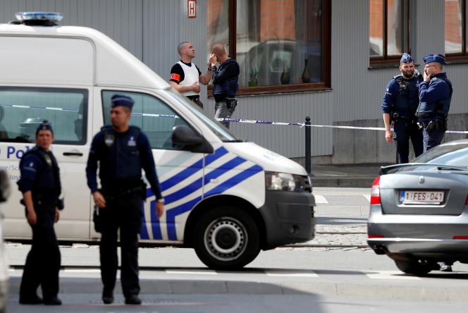 Des policiers surveillent la reconstitution d'une attaque dans le quartier deSchaerbeek (Belgique), le 19 mai 2016.