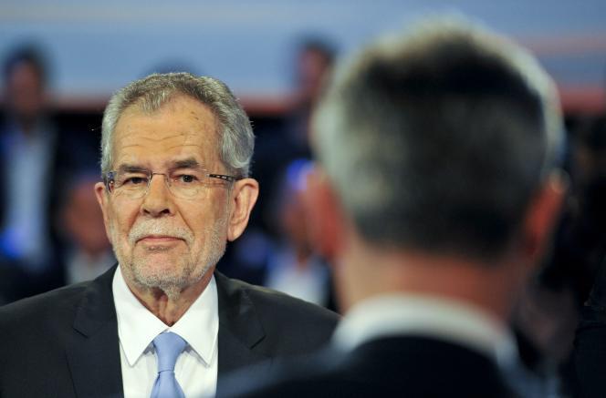 Le candidat écologiste, Alexander Van der Bellen, face à celui de l'extrême droite, Norbert Hofer, lors d'un débat télévisé le 19 mai 2016 à Vienne.