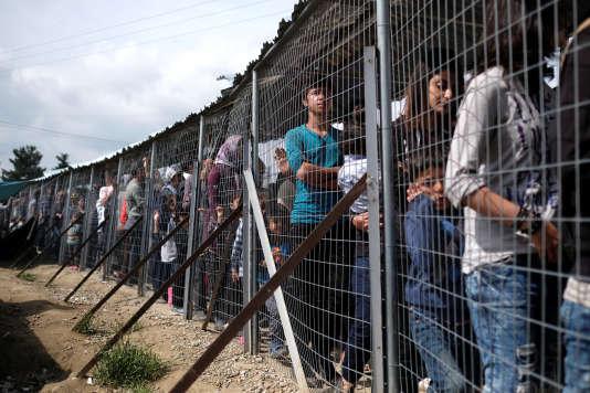 Des réfugiés font la queue pour obtenir de la nourriture dans un camp situé à Idomeni, à la frontière de la Grèce et de la Macédoine, le 11 mai 2016.