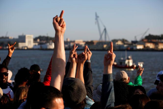 Des militants du candidat à l'investiture démocrate Bernie Sanders devant un bateau arborant une banderole de soutien au républicain Donald Trumpà Vallejo, en Californie, mercredi 18 mai 2016.