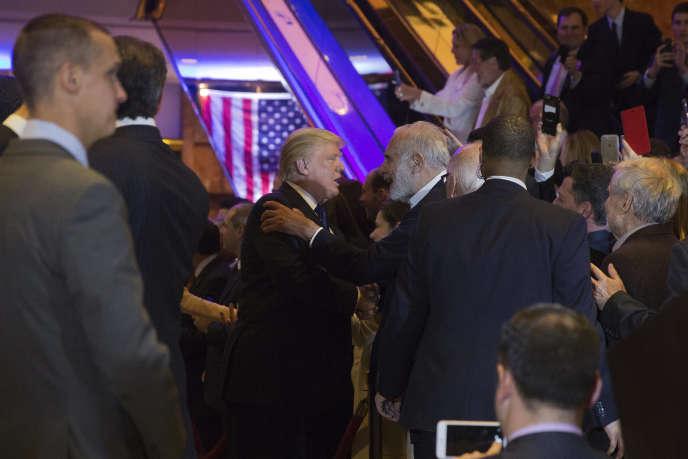 Donald Trump embrasse l'investisseur militant Carl Icahn, à New York, le 19 avril.