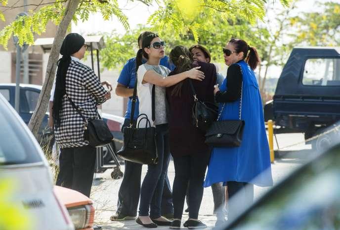 Des proches des passagers du vol MS804 d'EgyptAir disparu entre Paris et Le Caire, devant l'aéroport du Caire, le 19 mai.