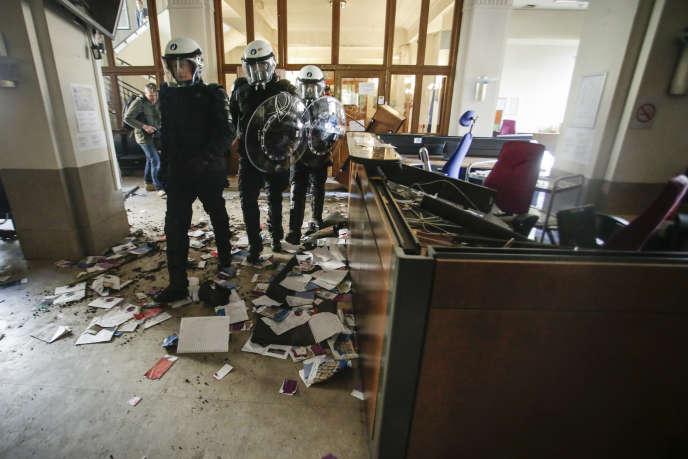 Des dégâts ont été causés dans les locaux du ministère de la justice par des gardiens de prison en colère, mardi 17 mai, à Bruxelles.