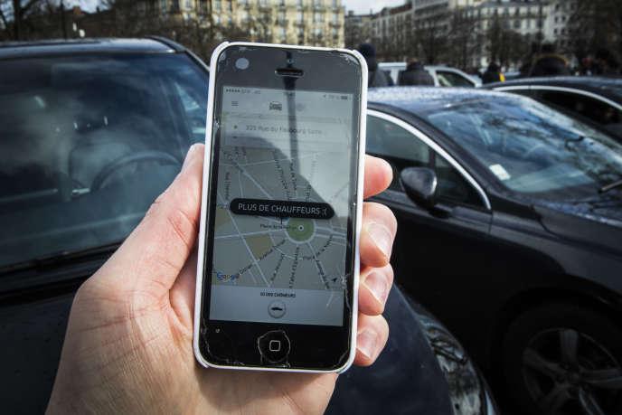 Un homme tient un iphone le 9 janvier à Paris.