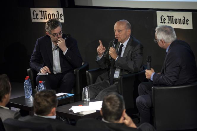 Alain Juppé au« Monde», le 18 mai, entouré de Thomas Wieder (à gauche) et de Vincent Giret, journalistes au« Monde».