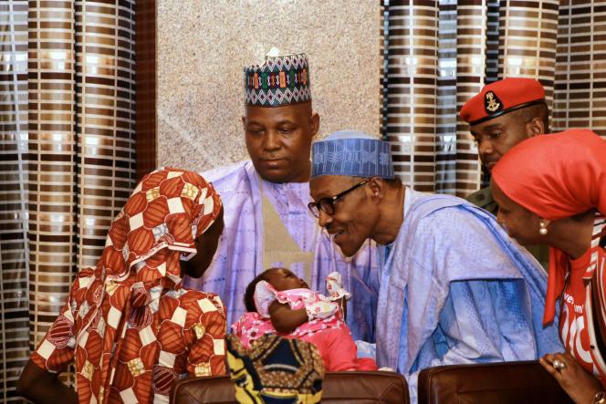 Amina Ali Darsha Nkeki, la lycéenne enlevée à Chibok en 2014 et retrouvéemardi 17 mai dans la forêt de Sambisa, présente son bébé au président nigérian.