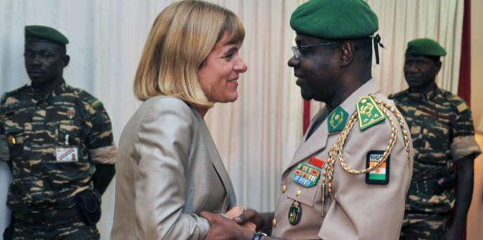 La patronne d'Areva, Anne Lauvergeon, est reçue avec les honneurs dus à un chef d'Eat par le président nigérien, le général Salou Djibo, à Niamey, le 30 septembre 2010.