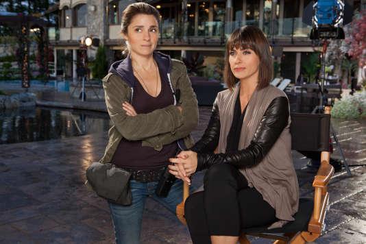 Rachel Goldberg (Shiri Appleby, à gauche) et la productrice exécutive du Show Quin King (Constance Zimmer) sur l'un des plateaux d'« Everlasting», l'émission de télé-réalité dont elles façonnent chaque épisode.