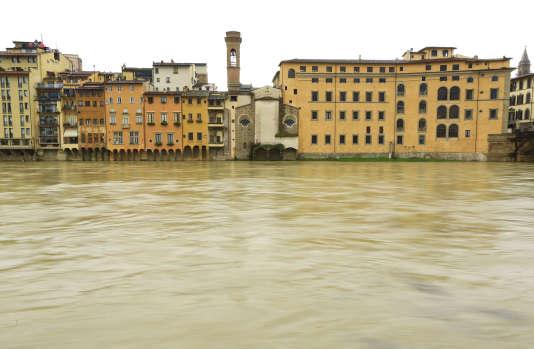 Les vieille maisons florentines le long de l'Arnoservaient au commerce.