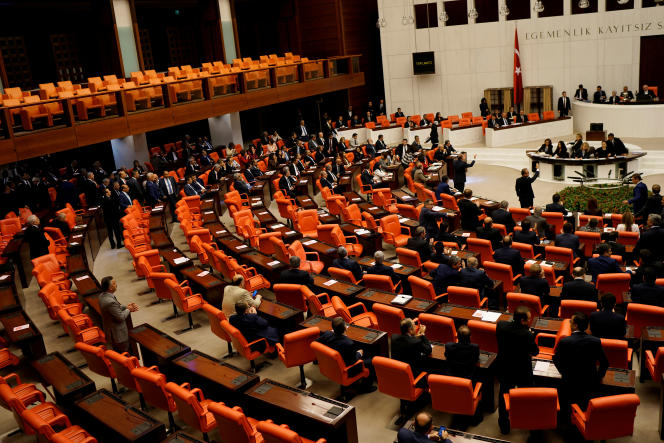 Le Parlement turc a engagé, vendredi, l'examen d'un projet de révision constitutionnelle dont le but est de permettre la levée de l'immunité des députés visés par des procédures judiciaires.