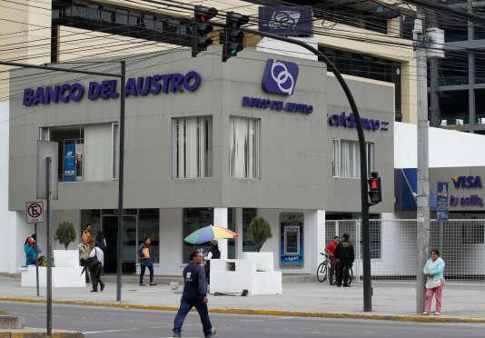 Une agence de la Banco del Austro à Quito, capitale de l'Equateur, le 17 mai.