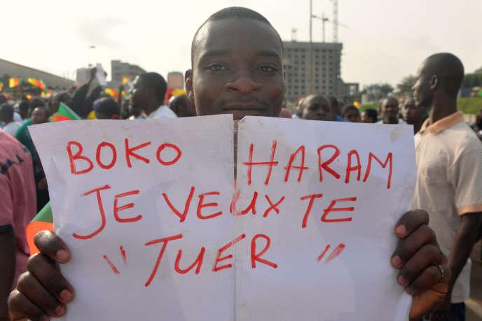 Un Camerounais manifeste contre Boko Haram le 28 février 2015, à Yaoundé. Ces derniers mois, le groupe terroriste a multiplié les attentats-suicides dans le nord du Cameroun.