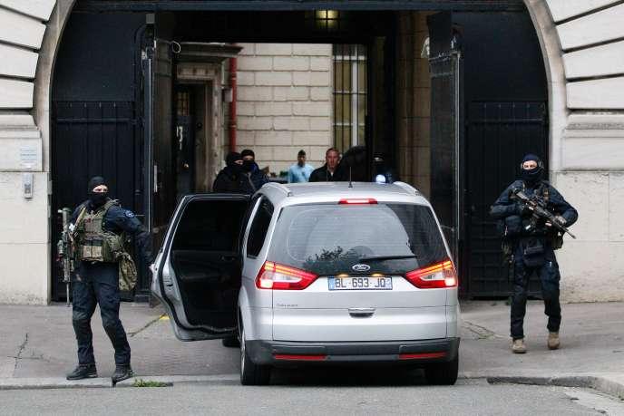 Des policiers et des membres du GIGN escortent le convoi de Salah Abdeslam, arrivé vendredi20mai au palais de justice de Paris.