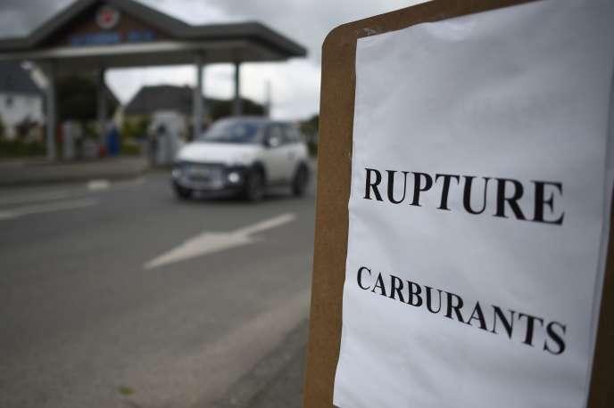 Un panneau« Rupture carburants» installé devant une station essence fermée à Tinteniac (Ile-et-Vilaine), le 20 mai 2016.