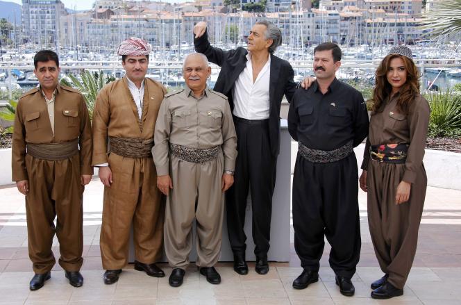 Bernard-Henri Lévy (au centre) entouré par les combattants kurdes de son documentaire« Peshmerga» au 69e Festival de Cannes, le 20 mai 2016.