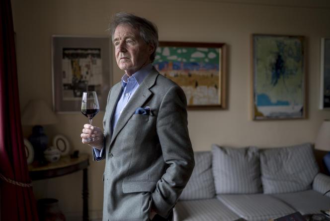 L'expert en vin Steven Spurrier chez lui, à Londres, en mai.