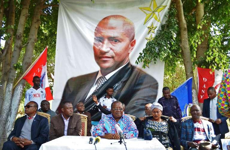 L'ancien gouverneur du Katanga et allié de Moïse Katumbi,Gabriel Kyungu wa Kumwanza (C), lors d'une conférence de presse à Lubumbashi, le 20 mai.