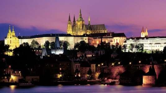 Le château qui surplombe la ville semble sortir tout droit d'un conte de fées.