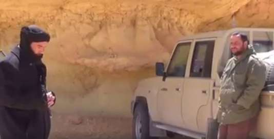 Un extrait d'une vidéo présentant Mokhtar Belmokhtar (à gauche) en Libye à une date inconnue.