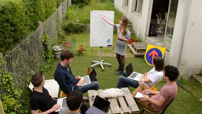 La «salle de réunion» est dans le jardin.