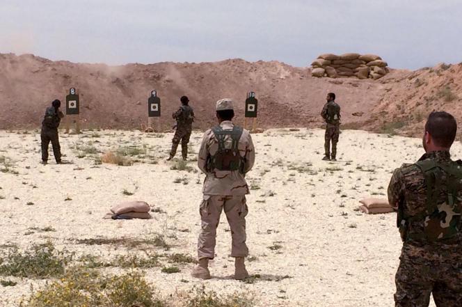 Des Syriens s'entraînent au tir dans le nord de la Syrie, le 21 mai.