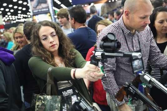 La NRA a progressivement transformé son message en défense de la liberté individuelle, au nom du deuxième amendement de la Constitution.
