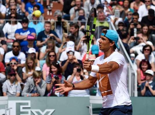 Rafael Nadal à l'entraînement, poignet gauche bandé, le 21 mai 2016 à Roland-Garros.