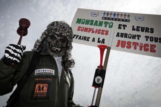 Manifestation, à Paris, samedi 21 mai, contre la société Monsanto.