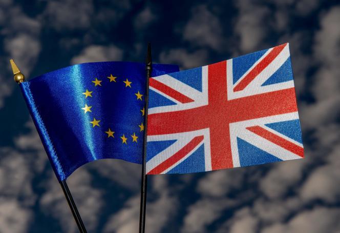 Les drapeaux britannique et européen à Lille.