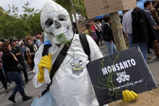 Un militant écologiste dénonce l'usage du glyphosate dans le Roundup de Monsanto, à Paris, le 21 mai 2016.