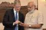 Le PDG d'Apple, Tim Cook, et le premier ministre indien,Narendra Modi, à New Delhi, samedi 21 mai.