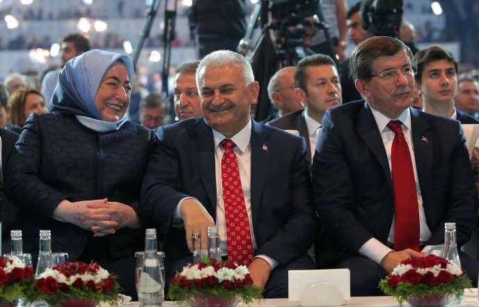 Binali Yildirim (au centre), avec sa femme (à gauche), et le premier ministre turc sortant Ahmet Davutoglu dimanche, au congrès de l'AKP.