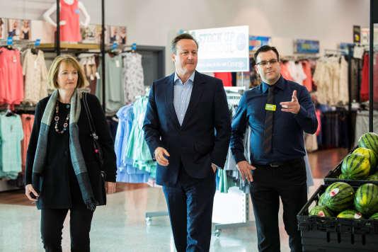 David Cameron s'est rendu, dimanche 22 mai, dans un supermarché Asda, dans l'ouest de Londres, en compagnie de la députée (Labour) Harriet Harman.