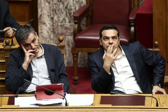 Le premier ministre grec, Alexis Tsipras (à droite) et le ministre des finances, Euclid Tsakalotos, au Parlement à Athènes, le 22 mai 2016.